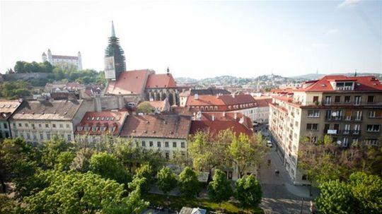 Najdrahšie bývanie vzhľadom na príjem má Bratislava a Praha
