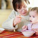 babka, dôchodkyňa, dôchodok, dôchodca, kŕmenie, dieťa, jedlo, vnúča