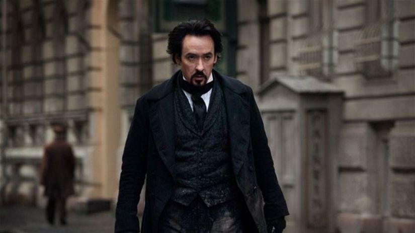 John Cusack sa podľa kritikov s postavou Edgara...