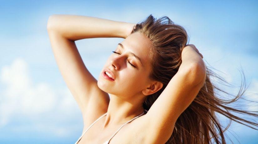 Ako sa starať o vlasy a účes na dovolenke?