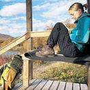 Chata, príroda, turistka, výhľad, cestovanie, kniha. čítanie