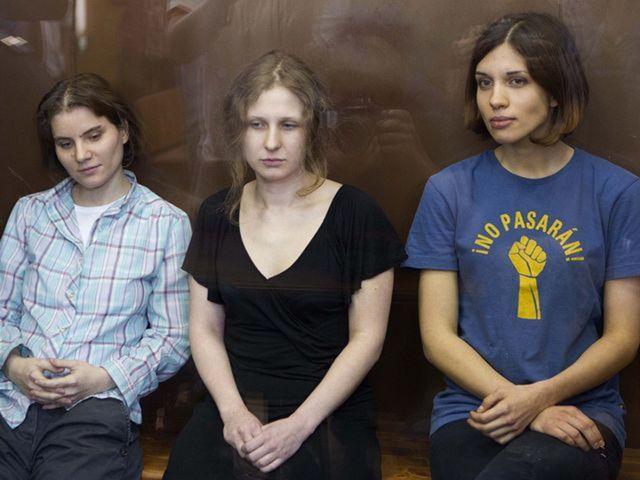 Členky punkovej kapely Pussy Riot - Nadežda Tolokonnikovová (vpravo), Maria Aljochinová (v strede) a Jekaterina Samucevičová.