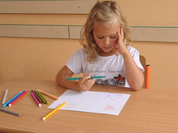 žiak, žiačka, lavica, zošit, pero, písanie, písať, škola