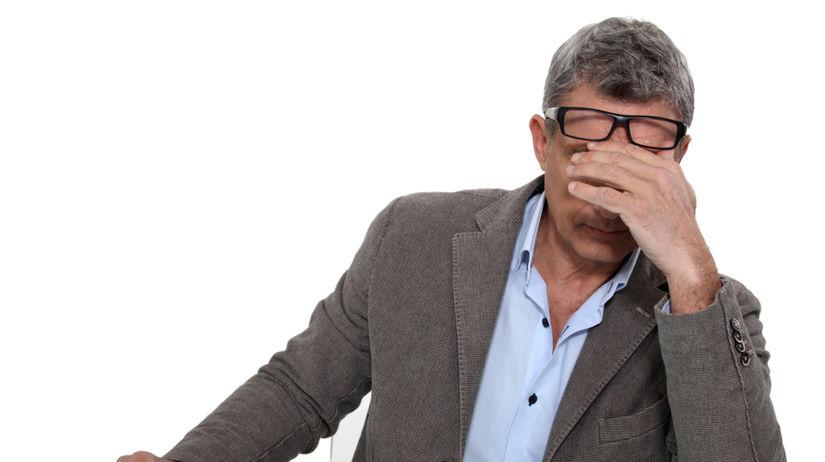 shutterstock únava - unavený muž - znížená...