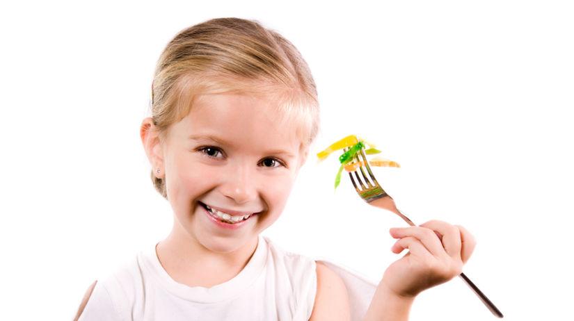 dieťa konzumuje zeleninu - zelenina - šalát -...