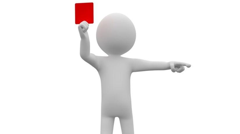 rozhodca, červená karta, rasizmus