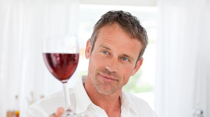 muž - víno - popíjanie - domáci alkoholizmus