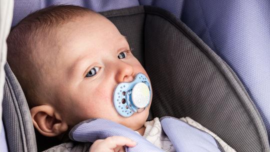 Matka zabudla bábätko na letisku. Keď si to všimla, pilot musel celý stroj otočiť