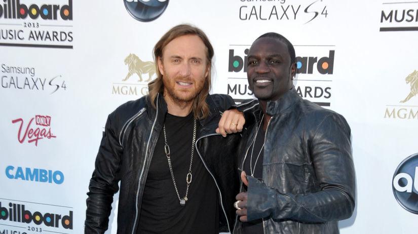 David Guetta (vľavo) a spevák Akon