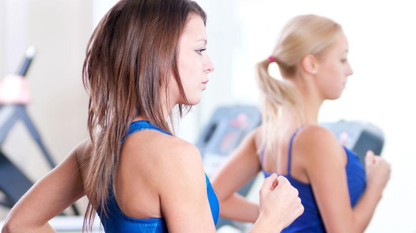 vo fitnesscentre, žena cvičiaca vo fitnesscentre