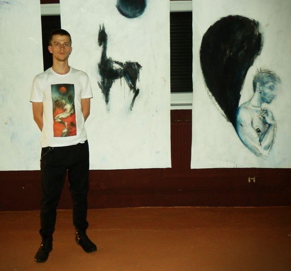 Maroš Baran pred svojimi maľbami.