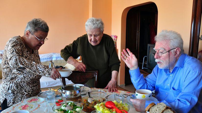 dôchodcovia, seniori, jedlo, obed, večera, hostina