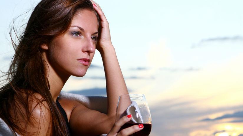 piť alkohol, žena pijúca alkohol