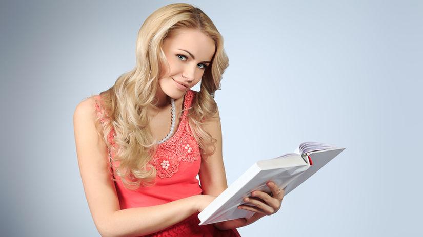 žena číta knihu, úspešná žena