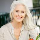 šedivé vlasy - sivé vlasy - šediny - starostlivosť - zrelá žena