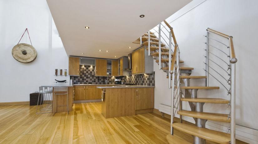 byt, kuchyňa, interiér, schody, zábradlie, mezonet
