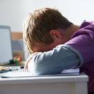 kyberšikana - dieťa pri počítači - problém so šikanovaním na webe