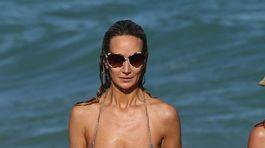 Lady Victoria Hervey na pláži v Miami.