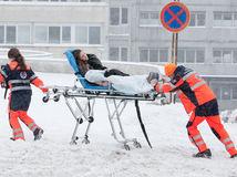 počasie ľudia, kalamita, sneh, nemocnica, záchranná služba, záchranka