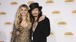 Spevák Steven Tyler a modelka Marisa Miller.