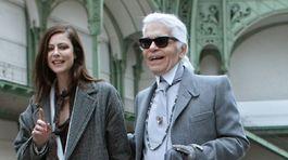 Dizajnér Karl Lagerfeld s francúzskou herečkou Annou Mouglalisovou.