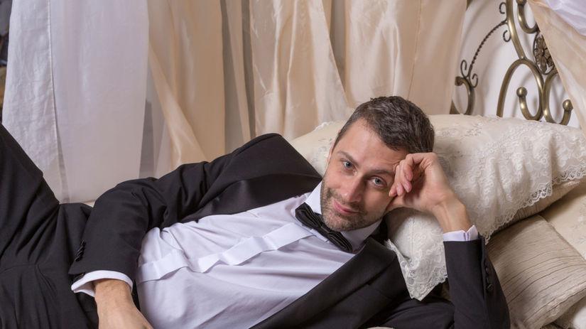 sexy muž, vzťah, posteľ