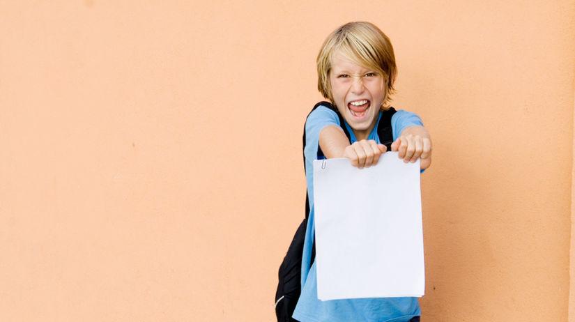 dieťa - vysvedčenie - výsledky - radosť