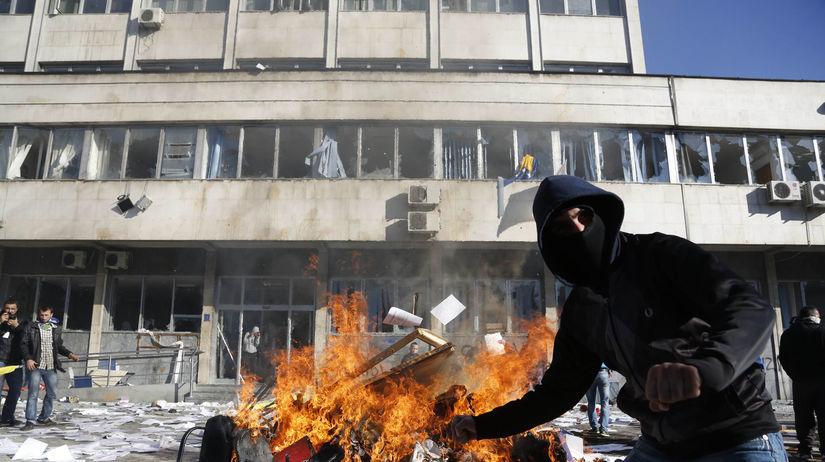 Bosna, protesty, oheň, demonštrant
