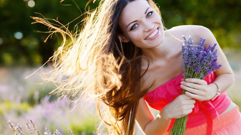 žena - šťastie - lúka - vôňa - krása