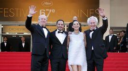 Jean-Pierre Dardenne (vpravo) a Luc Dardenne (vľavo) s hercami -  Marion Cotillardovou a Fabriziom Rongionem u