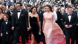 Režisér Michel Hazanavicius (vľavo) kráča s herečkami Berenice Bejo (v strede) a Zukhrou Duishvili.