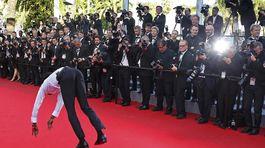 Tanečník sa predvádza fotografom na premiére snímky Geronimo.