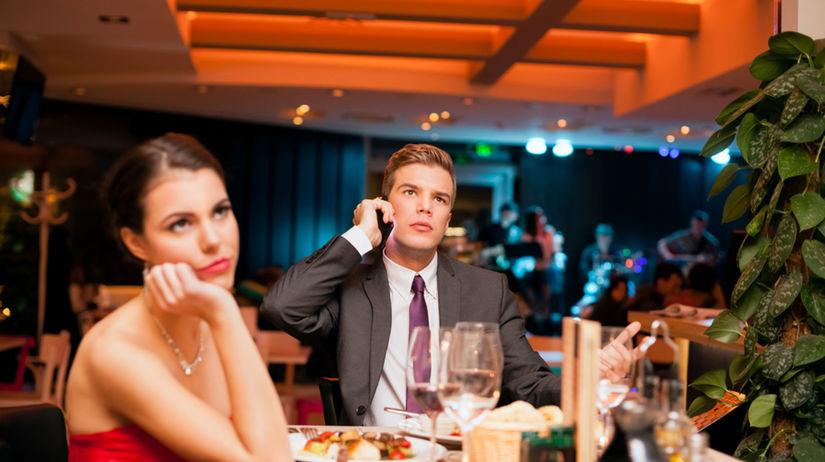 Telefonovanie počas večera na prvom rande je...