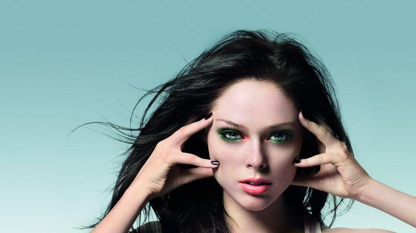 Výrazné očné tiene v exotických farbách sú v...