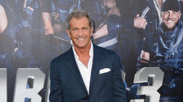 Mel Gibson pózuje fotografom.