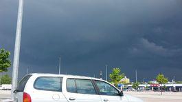 auto a búrkova obloha