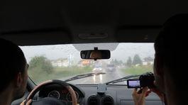 lovci búrky v aute, kamerovanie dažďa z auta