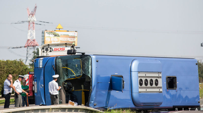 rozbitý havarovaný autobus
