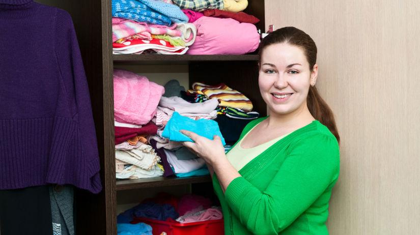 šaty - upratovanie - žena - skriňa - oblečenie