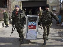 Ukrajina, voľby, Donbas, Doneck, Luhansk, vojaci, urny, proruskí separatisti