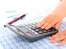 kalkulačka, pero, spis, čísla, účtovníctvo, dieťa, ruky, baterka, batérie