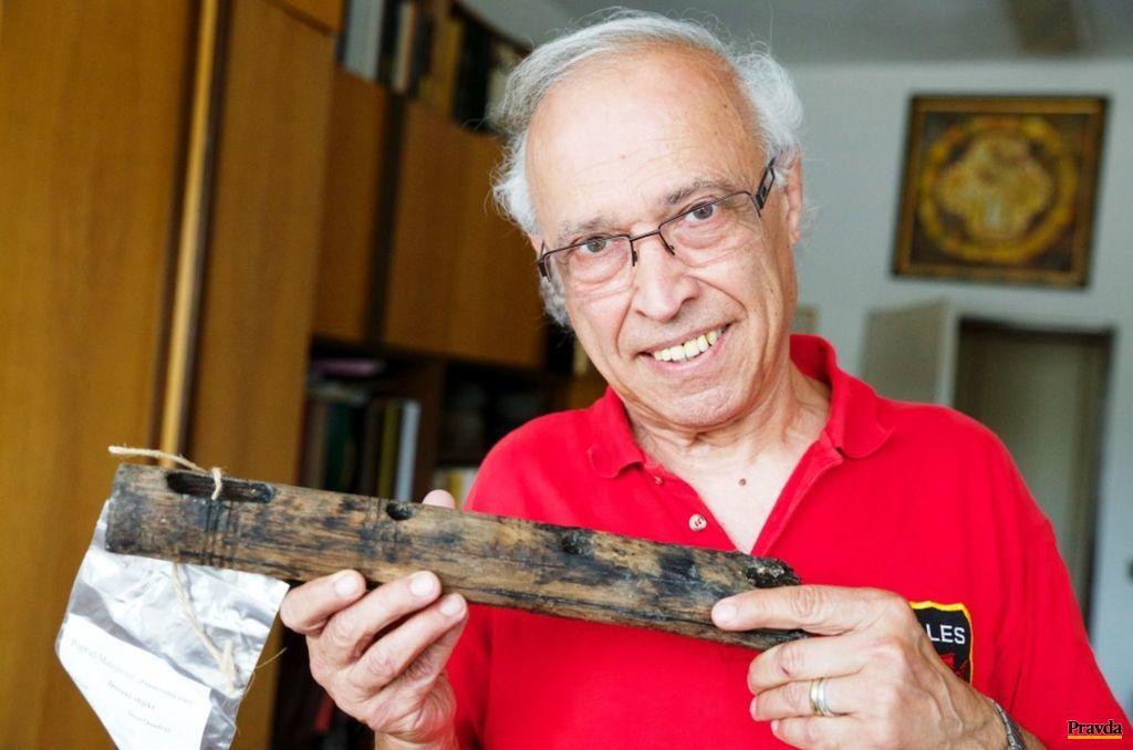 Archeológ Karol Pieta okazuje nohu stolíka, ktorá bolatiež vysústružená z jedného kusa dreva.