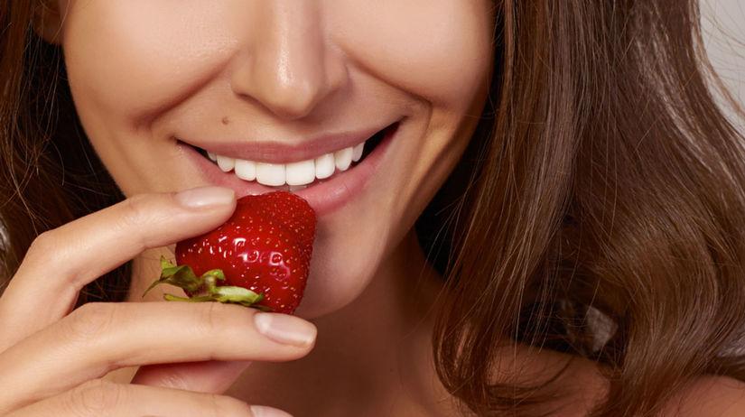úsmev, zdravé zuby, jahody