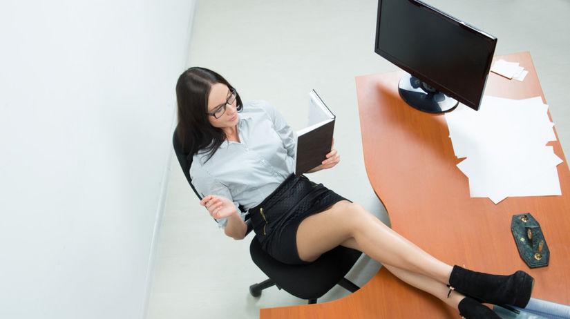 kancelária, nohy na stole, žena, práca