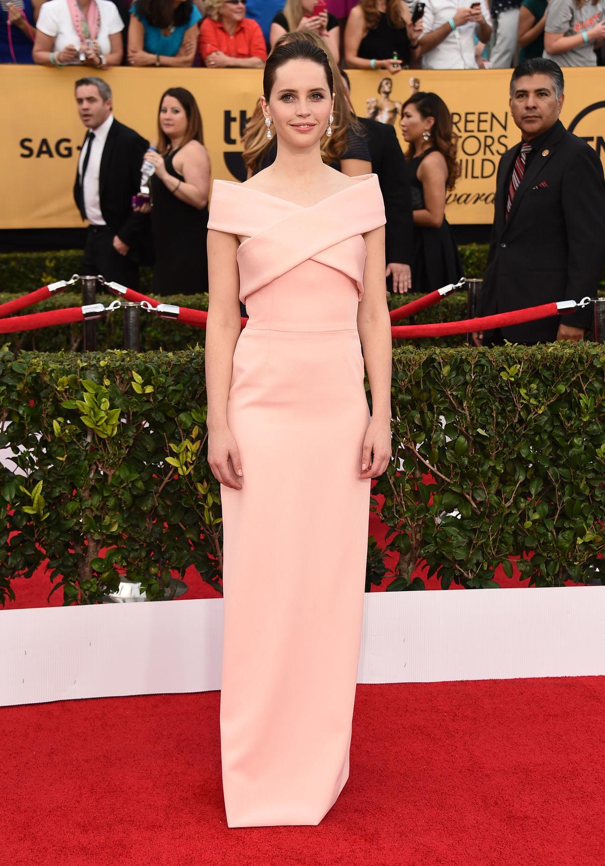 Herečka Felicity Jones v kreácii Balenciaga.