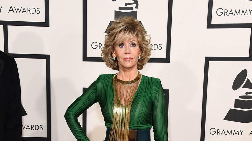 Jane Fonda dorazila v kreácii z dielne Balmain.