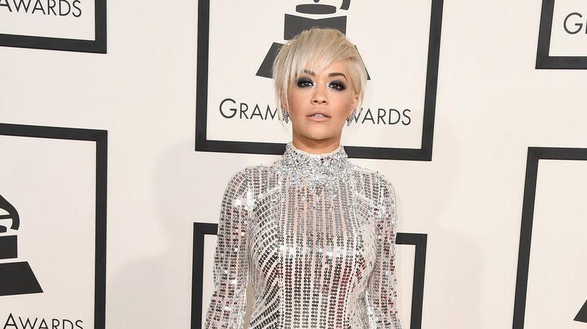 Speváčka Rita Ora sa trblietala v róbe Prada.