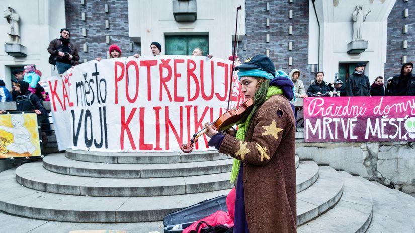 klinika, demonštrácia, huslistka, husle, fontána