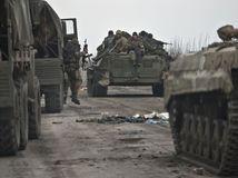 Ukrajina, proruskí separatisti, proruskí rebeli, pzbrojenci, tanky, tank, bojové vozidlá, zbrane,