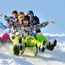 jarné prázdniny, zima, počasie, sánky, sánkovačka, lyže, lyžovačka, sneh, svah, zima, radosť, smiech, deti, voľný čas, priatelia